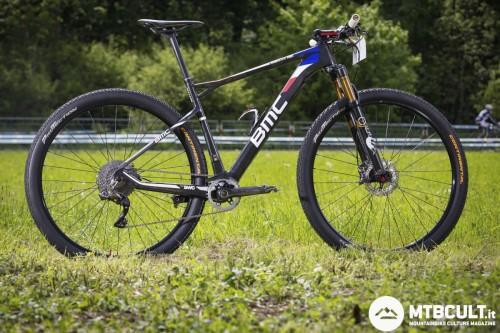 """La Bmc di Julien Absalon. Sulle 29"""" è più difficile creare un dislivello marcato fra sella e manubrio. Il peso della sua bici è intorno agli 8,7 Kg."""