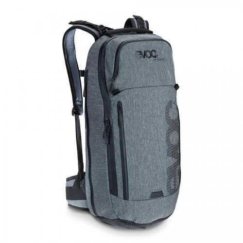 Le novità 2015 della gamma zaini si completano con l'FR Porter da 18 litri. Questo zaino dallo stile Urban è estremamente curato nei particolari ed è dotato di tasca posteriore ed impermeabile per PC portatile.
