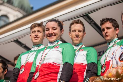 Chiara Teocchi e la formazione Bianchi sul gradino più alto del podio nella categoria open.