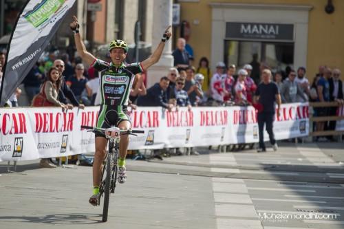 Mirco Balducci esultante all'arrivo nella categoria amatoriale.