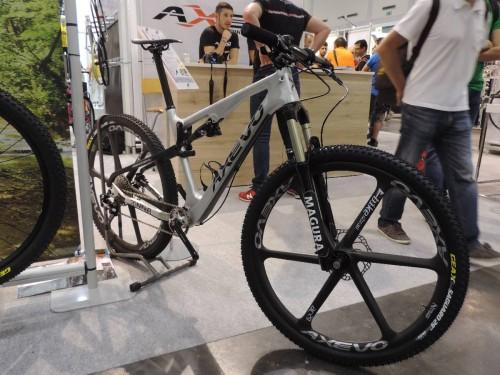 """La 29"""" XC full suspended in carbonio di Axevo è dedicata al pubblico Marathon-Trail. E' montata con freni e sospensioni Magura. L'escursione alla ruota è di 120 mm."""