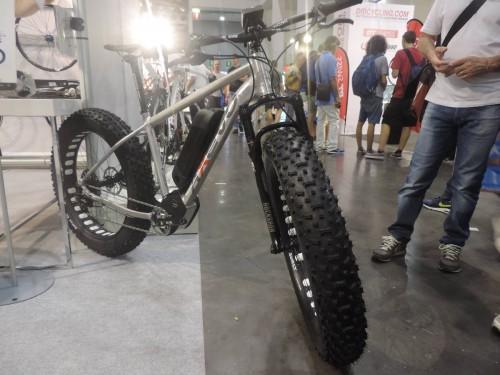 La E-Fat Bike di Axevo combina la comodità di una bici a pedalata assistita con il divertimento dato da una fatbike. In questo allestimento viene utilizzata una forcella Rock Shox Bluto e ruote Surly. Il motore è Brose-Continental da 250W. Sarà disponibile a fine anno in diverse configurazioni.