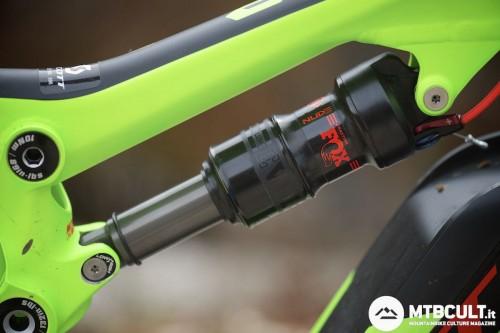 L'ammortizzatore è un Fox Nude realizzato secondo le specifiche Scott. Il travel posteriore della bici è regolabile fra 130 o 90 mm tramite il comando remoto TwinLoc.