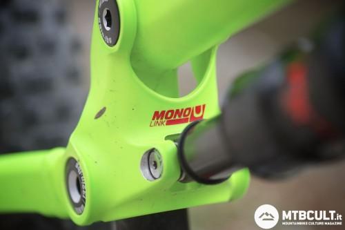 La geometria della bici è regolabile invertendo la posizione del nottolino di fissaggio dell'ammortizzatore.