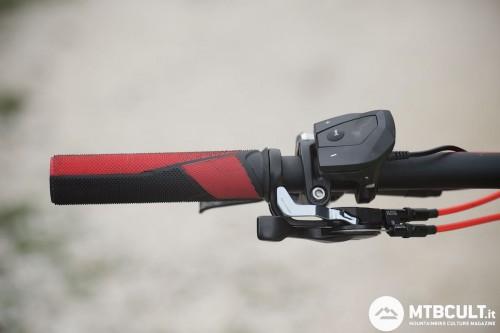 I pulsanti sopra permettono la gestione del motore. I due grilletti inferiori, invece, costituiscono il TwinLoc e servono per regolare le sospensioni in modo simultaneo.