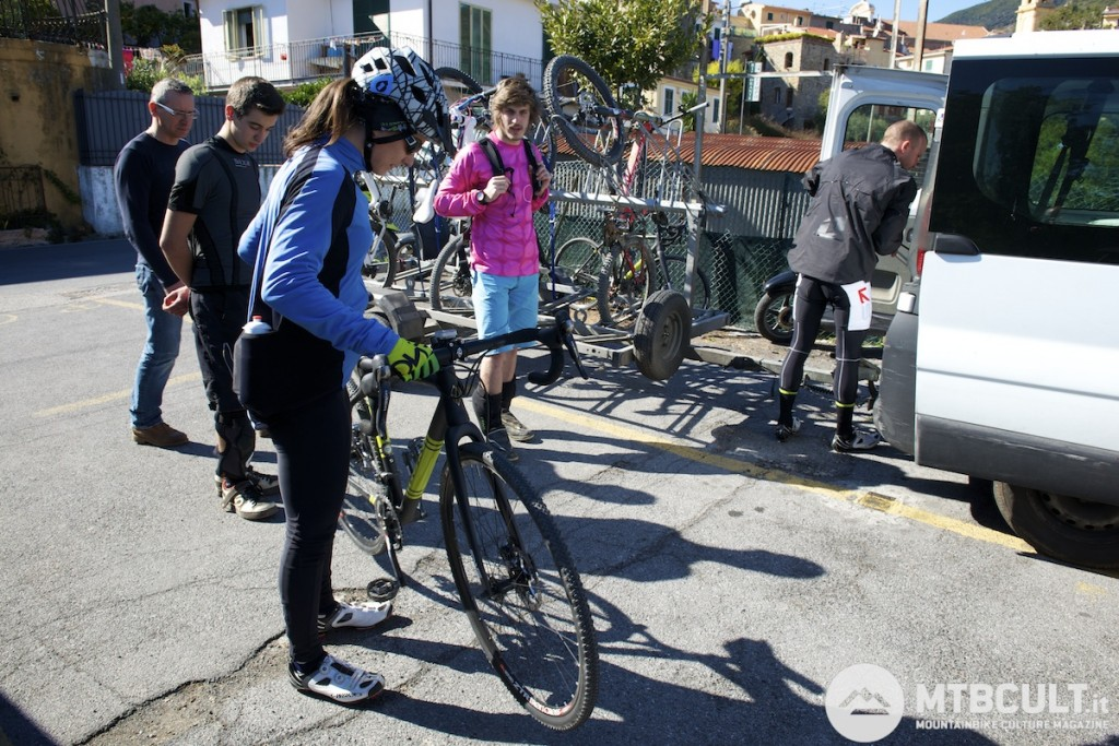 In allenamento a Sanremo. La Macheda pedala su strada con una bici da ciclocross, una Ibis Hakkalugi, che usa anche durante le uscite di defaticamento post gara