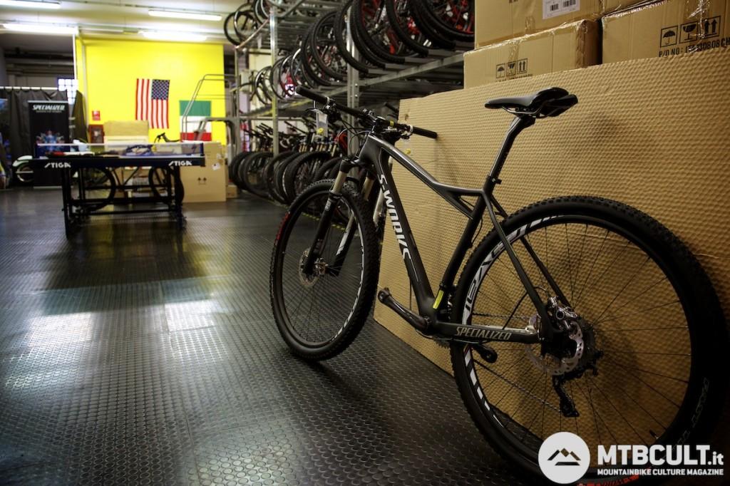 La bici attuale di Paola Pezzo, una Fate S-Works. E sullo sfondo le bici destinate ai test e, a sinistra, un tavolo da ping pong