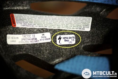 In giallo sono evidenziati il mese e l'anno di produzione del casco, settembre 2013