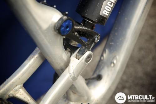 Doppia fila di cuscinetti sui pivot della bici da enduro. Massima rigidità torsionale.