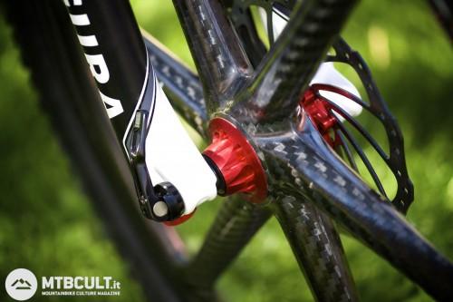 Le ruote sono Bike Ahead a razze in fibra di carbonio, specifiche per un uso all mountain, e sono importate da Axevo. Il costo della coppia è di 2949€.