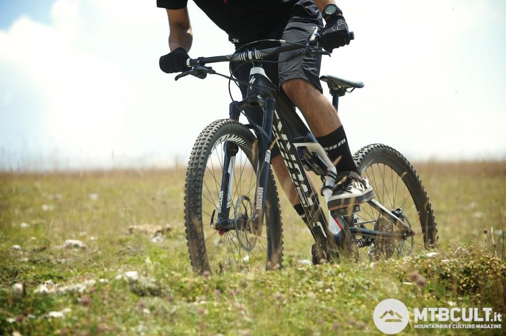 L'efficienza di pedalata in offroad è notevole, merito di un ammortizzatore estremamente sensibile. Sui fondi compatti, però, emerge qualche limite.