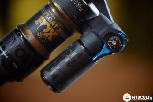 La levetta azzurra permette di regolare il tuning in compressione. La ghiera nera, invece, consente di scegliere tre posizioni diverse di freno in compressione per la posizione Open.