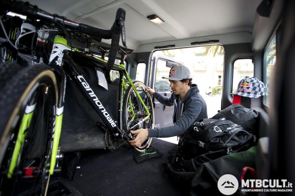 Marco difficilmente si separa  dalla sua bici da cross. A Finale l'aveva dentro l'auto insieme ad un sacco di altro materiale tecnico