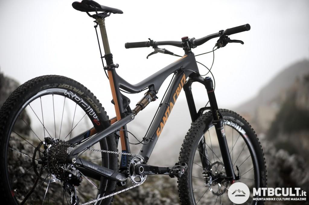 Il peso della bici mostrata in foto è di 12,25 Kg, pedali compresi.