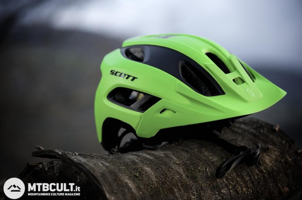 La visiera è rimovibile e il peso del casco è di 342 grammi nella taglia M.