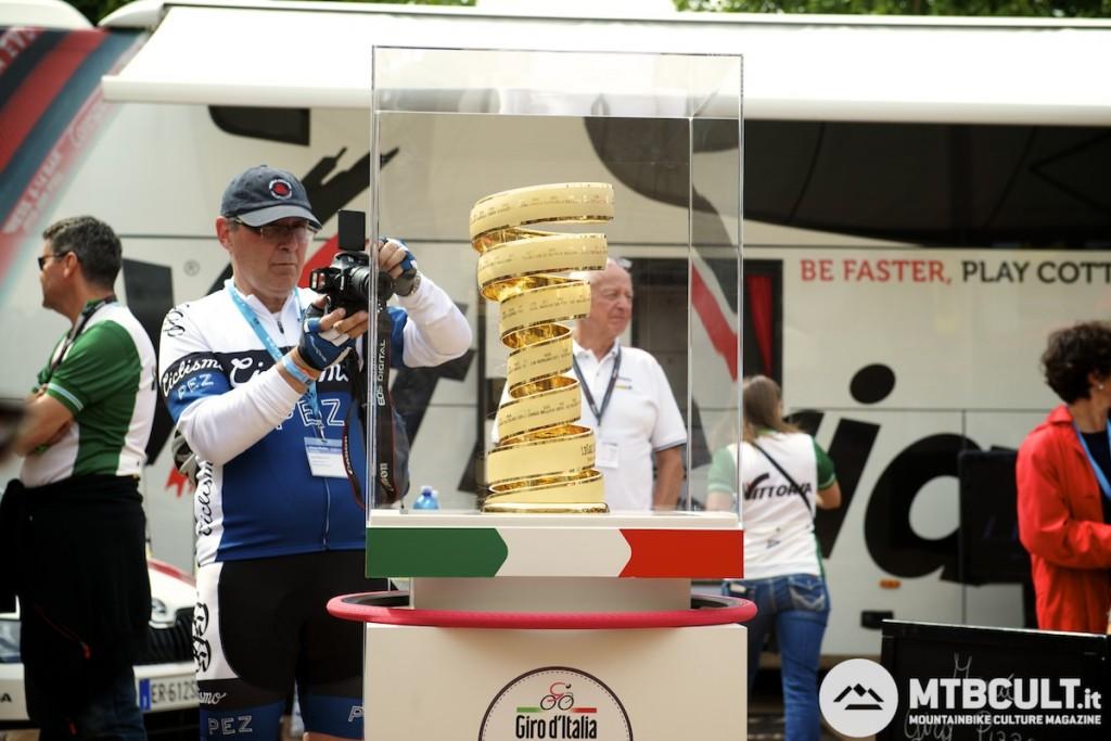 Il trofeo che è andato al vincitore del Giro del 2013, Vincenzo Nibali.