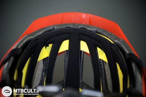 Buona la ritenzione del sudore assicurata dall'imbottitura interna del casco.