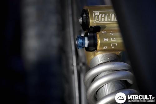 Il pomello azzurro permette di regolare la compressione alle basse velocità. Il registro ha 17 posizioni indicizzate.