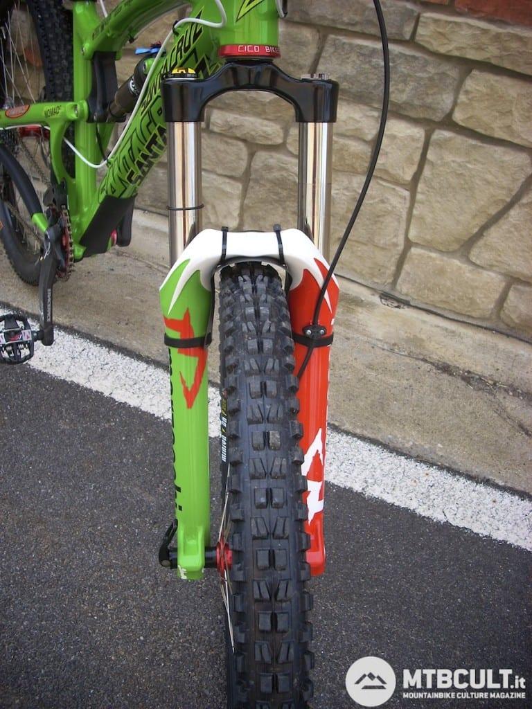 La forcella è una Marzocchi 55 Rc3 Evo, con molla in titanio e travel di 170 mm, ampiamente personalizzata per Sottocornola.