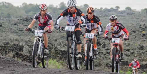 Tanta sabbia vulcanica sotto le ruote dei partecipanti dell'Etna Extreme.