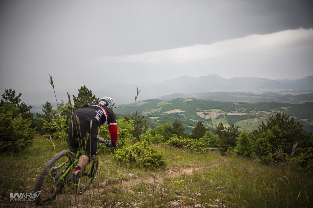 Il paesaggio è quello tipico delle terre fra Marche e Romagna. Se non fosse per le nubi cariche di pioggia si vedrebbe l'Adriatico.