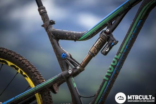 Questa è la parte della bici che maggiormente è cambiata rispetto alla precedente versione. Attacco dell'ammortizzatore sul tubo superiore, standover ridotto ed estetica più in linea con gli standard attuali.