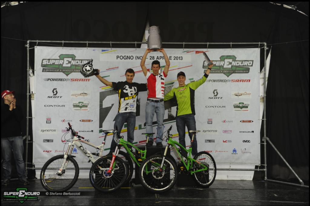Ecco il podio maschile: da sinistra, Vittorio Gambirasio, Davide Sottocornola e Matteo Raimondi. Foto Stefano Bertuccioli/Superenduro