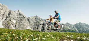 Il Tirolo in sella a un'e-bike. E a luglio il 1° E-bike Festival