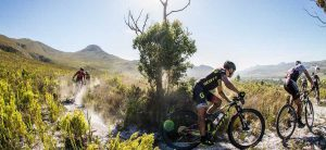VIDEO - Caldo, vento, polvere per la 1ª tappa della Cape Epic
