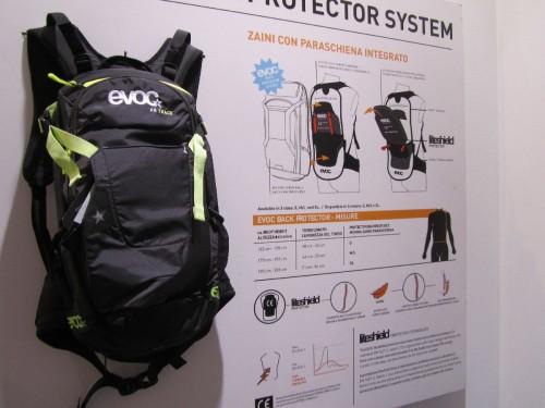 Presentato anche l'Evoc FR Track da 10 litri in taglia XS, ideale per stature tra i 140 e i 155 cm, è lo zaino giusto per i ragazzi. E' dotato di paraschiena integrato ed omologato CE e pesa 900 grammi.