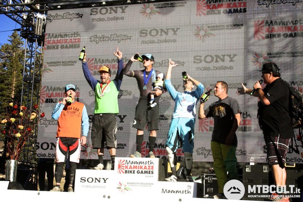 Ed ecco il podio maschile: Brian Lopes festeggia la vittoria con birra e figliolo.