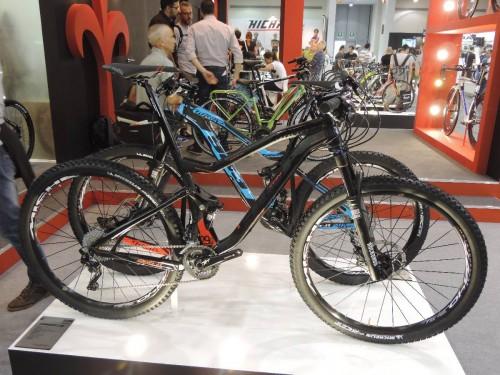 Oltre alla 901 Trn, ci sono altre full nel catalogo 2015 di Wilier: si chiama 903 TRN e riprende le caratteristiche del modello 901 in carbonio. E' disponibile come frame kit al prezzo di 1698 €, oppure come bici completa a 2898 €.